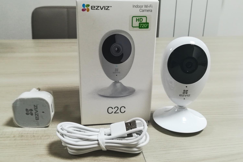 La confezione completa della telecamera Mini O Ezviz
