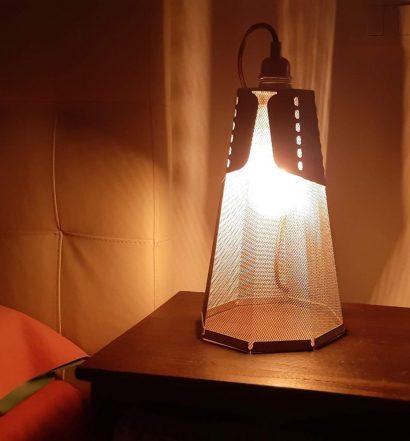 Lampada da tavolo Frac su comodino in camera