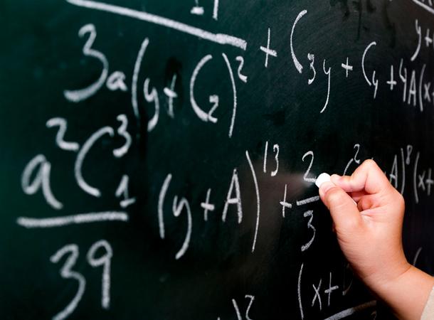 Espressioni algebriche scritte alla lavagna