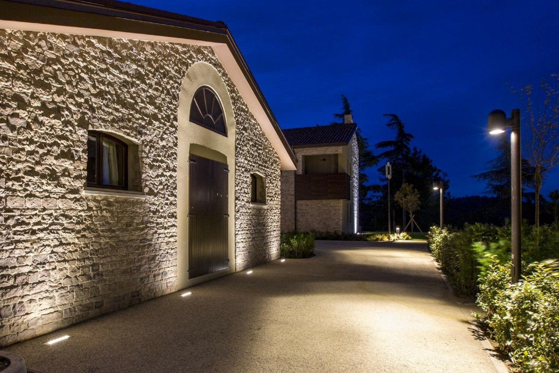 Alcune soluzioni per illuminare l 39 ingresso esterno di casa for Soluzioni per giardino