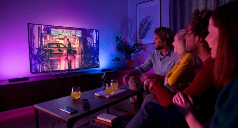 Soggiorno TV con due Philips Hue Play accese